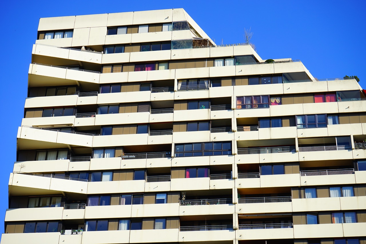 vysoka-budova-s-bytmi-balkonmi-oknami-bratislava-developersky-projekt
