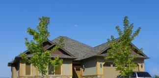 bungalov-poschodovy-dvojpodlazny-dom-auto-strecha-stromy-trava-cesta