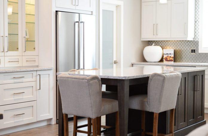 kuchyna-zabudovany-vstavany-nabytok-stol-stolicky-drevene-nohy-kuchynska-linka-dvojdverova-chladnicka