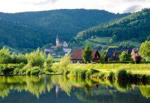 krajina-dedina-jazero-voda-dom-solarny-panel-pasivny-dom-kostol-hory-les-trava-kriky