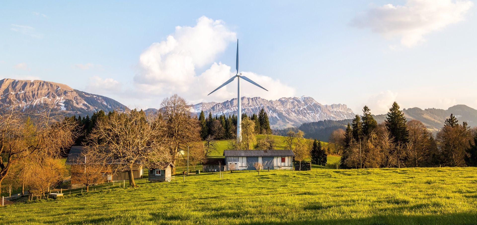 pasivny-dom-veterna-elektraren-veterny-mlyn-priroda-hory-dom-les-luka-stromy-solarny-panel
