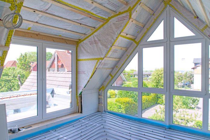 velke-okna-vela-svetla-zaluzie-tienenie-rolety-stresne-okno-chladenie-bez-klimy