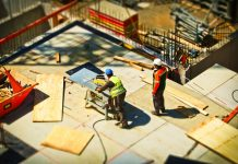robotnici-drevo-odpad-na-stavbe-stavebny-odpad-rezanie-pilenie-separovanie-recyklacia