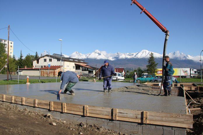 dom-zaklady-beton-robotnici-pracovnici-novostavba-domy-hory