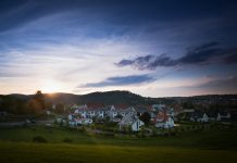 dedina-domy-ulice-susedia-garaze-obloha