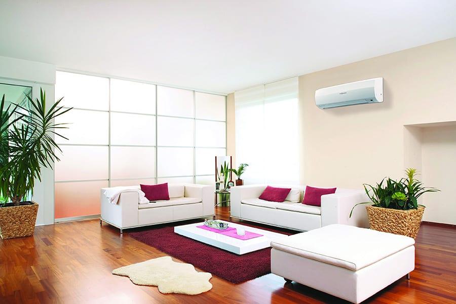 klimatizacia-chladenie-rodinny-dom-sedacka-okno-stol-zavesy