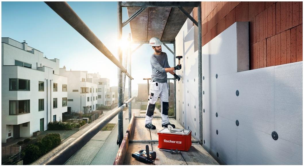 dom-zateplovanie-pracovnik-robotnik-polystyren-izolacia-lesenie-stavba