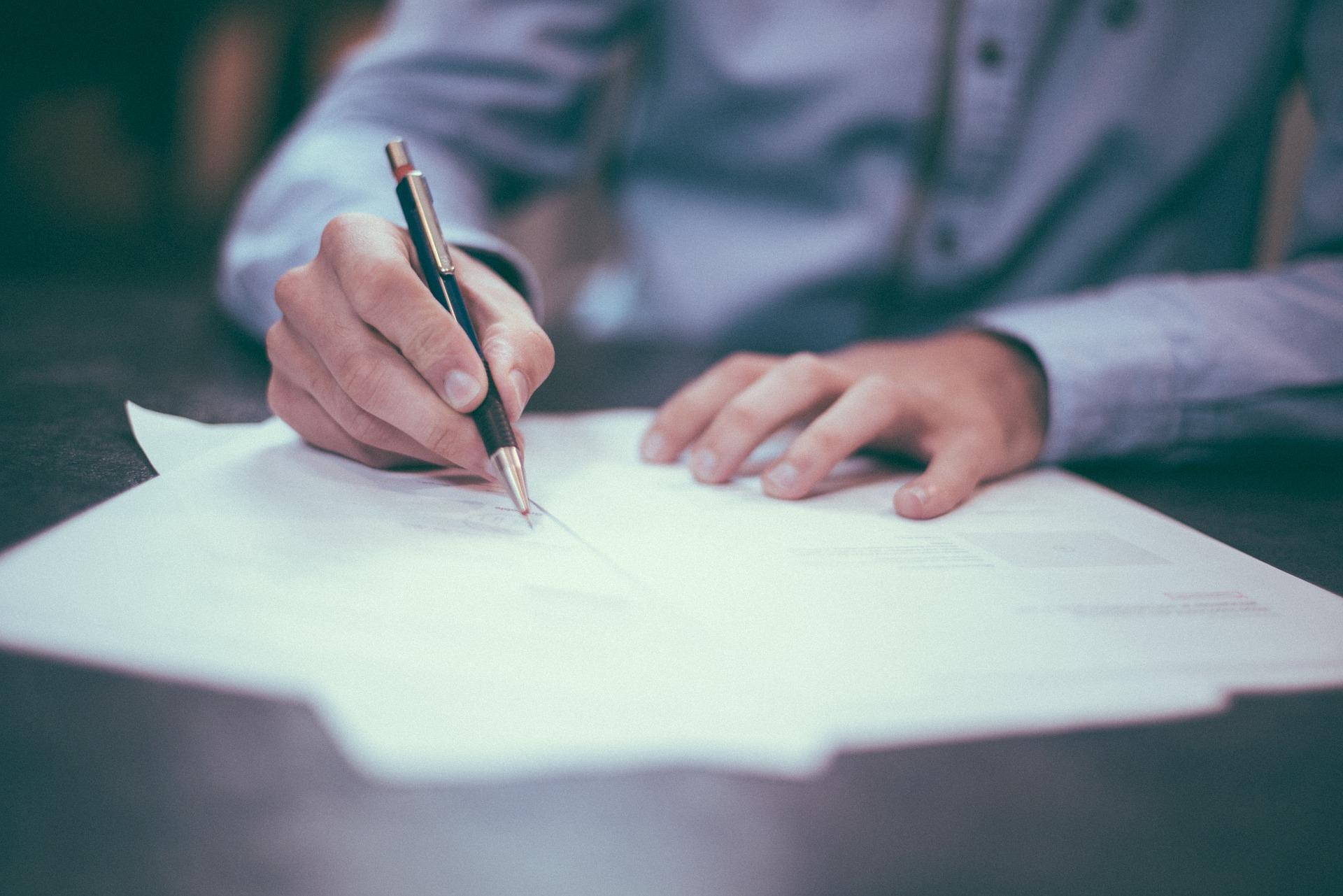 papier-pero-pisanie-podpisovanie-ruky