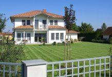 rodinny-dom-zahrada-travnik-plot-stromy-strecha-komin