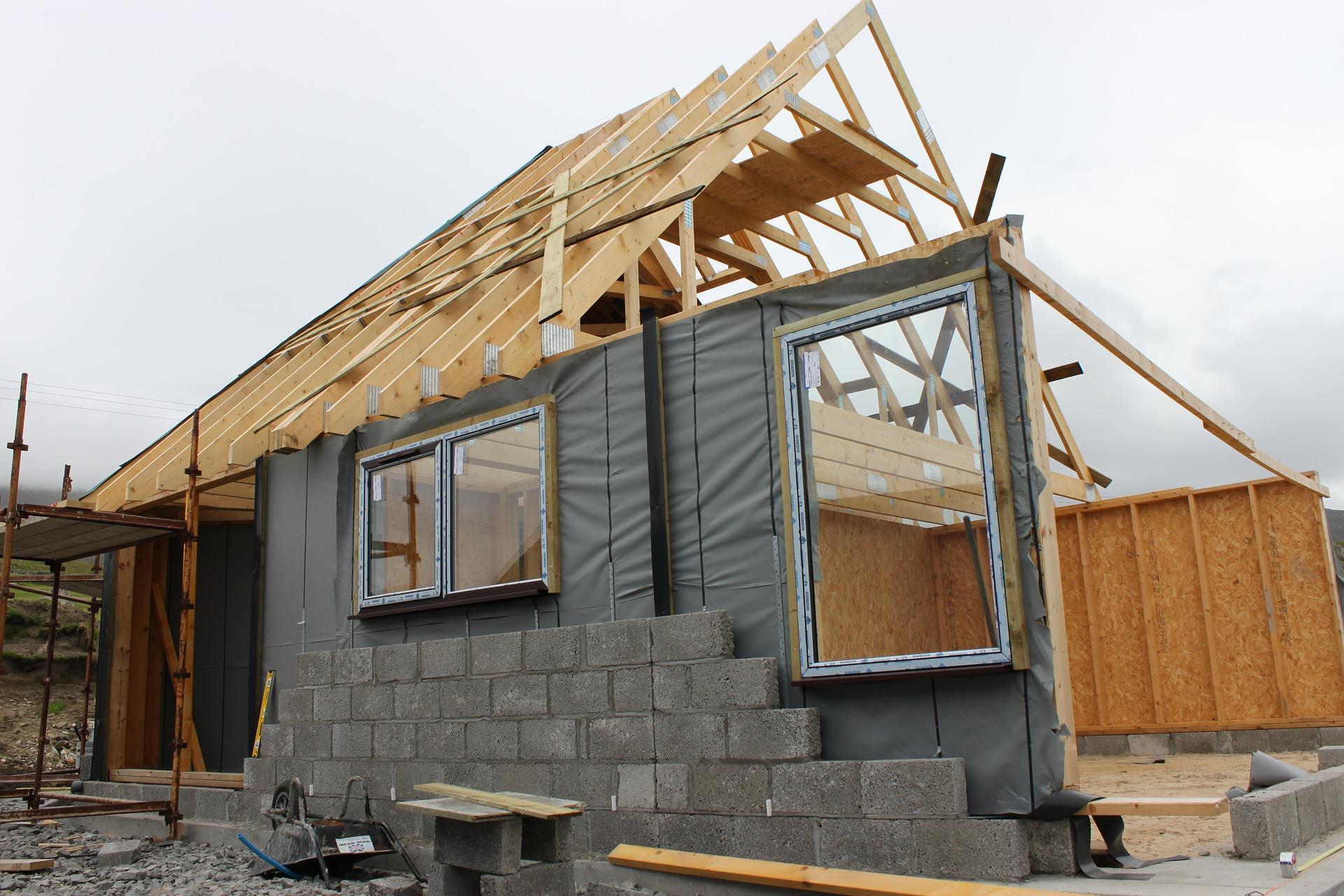 stavba-domu-zaklad-okna-steny-strecha