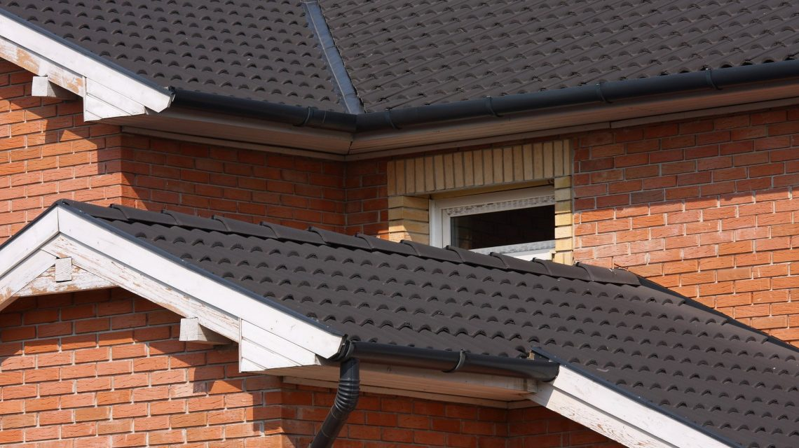 strecha-skridly-betonova-stresna-krytina-podkrovie-okno-tehly-odkvap-dom