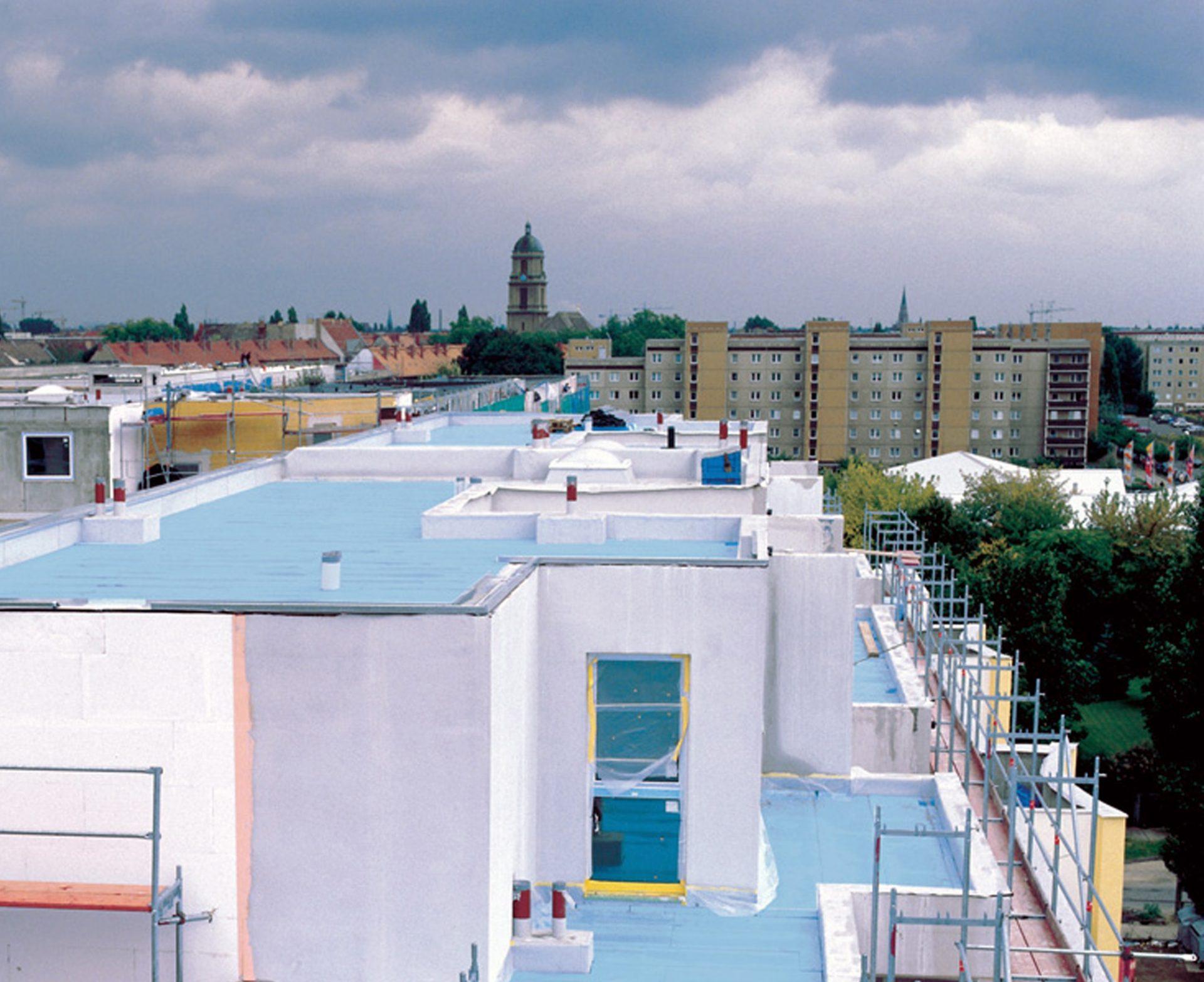 plocha-strecha-radova-vystavba-bytovy-dom-okno-balkon