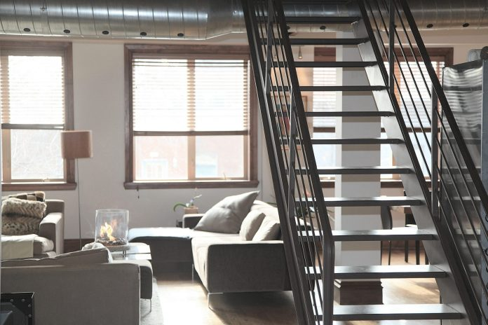 dom-byt-schodisko-gauc-okno-stol-lampa-drevene-okna