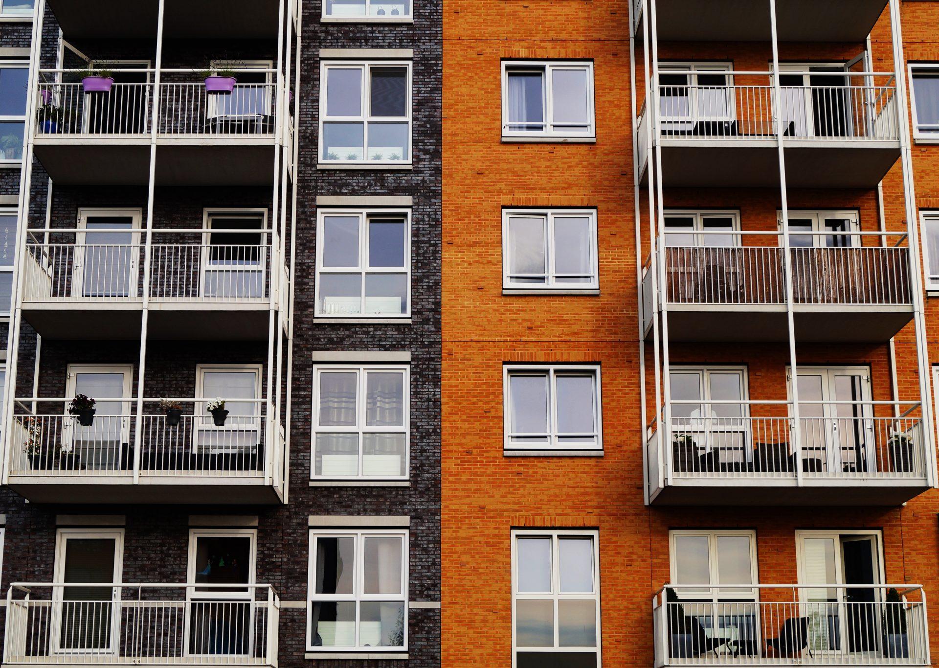 dom-bytovka-bytovy-dom-cinziak-okno-balkon-tehla-dvere