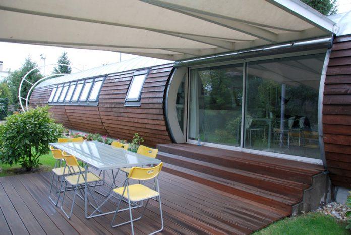 dom-okna-terasa-stromy-stol-stolicky
