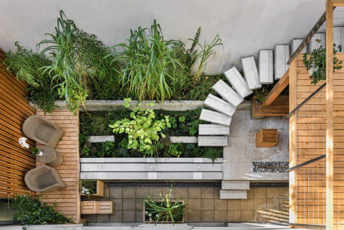 terasa-schody-dom-kvety-stolicky