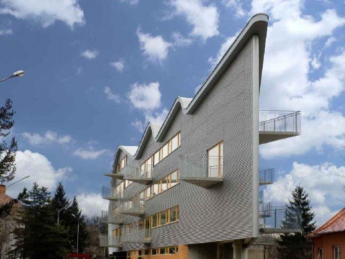 atypicka-budova-nitra-trojuholnik-okna-balkon