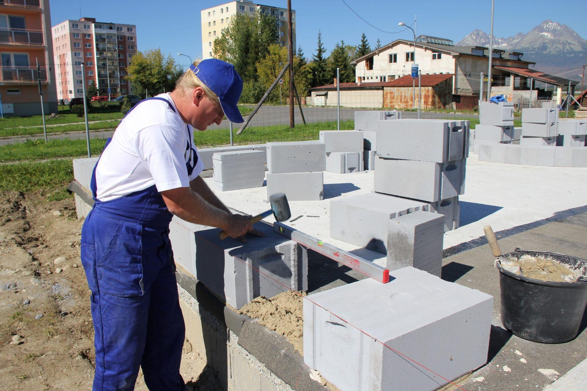 muz-stavbar-tehly-kvadry-kladivo-vodovaha-dom-stavba-stavenisko-beton-siltovka-monterky-bytovka