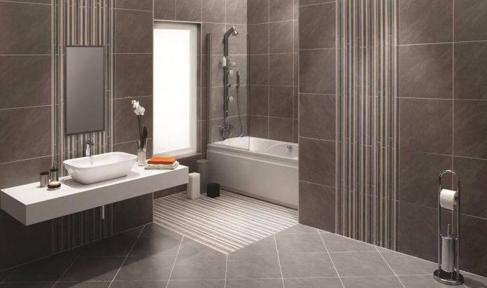 kupelna-vana-obklad-umyvadlo-moderny-interier-okno-dekoracie-zrkadlo-uteraky