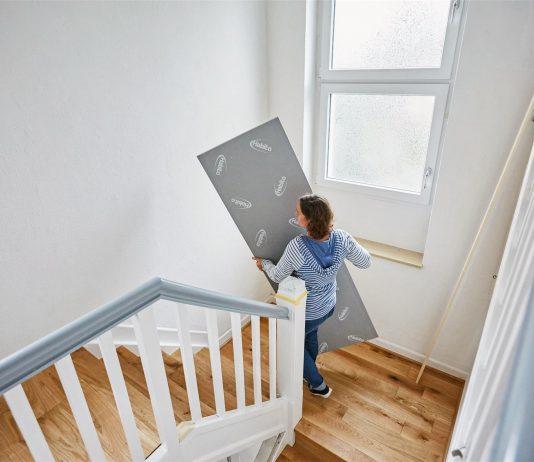 zena-nosenie-sadrokarton-okno-schodisko-parkety-vystavba-dom-zabradlie