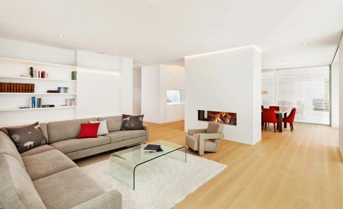 moderny-interier-obyvacka-gauc-kozub-krb-okno-kniznica-dekoracie-vankuse-kreslo