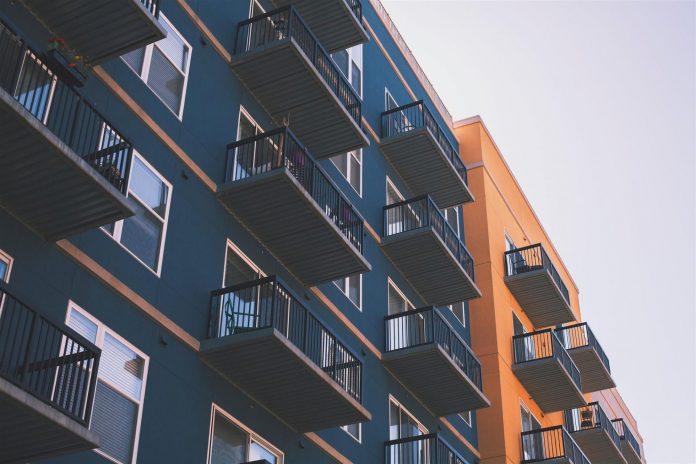 obytny-dom-bytovka-balkony-okna-vyhlad-sidlisko