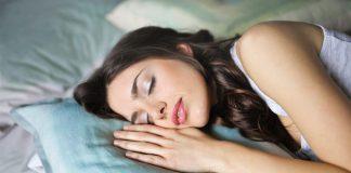 zena-spanok-vankus-oddych-postel-ticho-sny-odpocinok