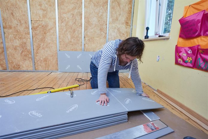 zena-vystavba-domu-stavebny-material-dosky-nepriezvucnost-ticho-okno-vodovaha