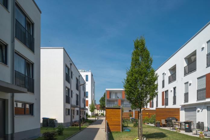 bytovky-domy-terasa-balkony-strom-moderna-architektura-sidlisko-strom