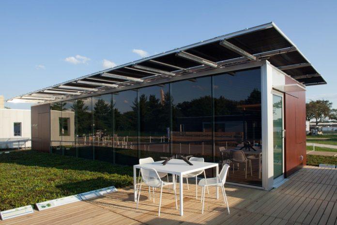 dom-solarne-panely-presklena-stavba-okna-zahrada-zahradny-nabytok-terasa