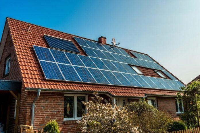 rodinny-dom-solarne-panely-ekologia-stromy-satelit-strecha-okna