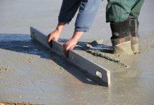 muz-beton-vystavba-podlaha-zaklady-pracovnik-stavbar-vyrovnavanie-gumaky