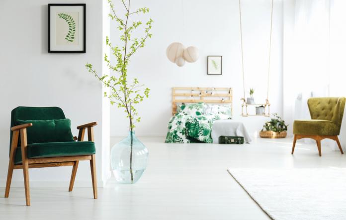 spalna-dekoracie-obrazy-postel-osvetlenie-kresla-koberec-vankuse-kvety