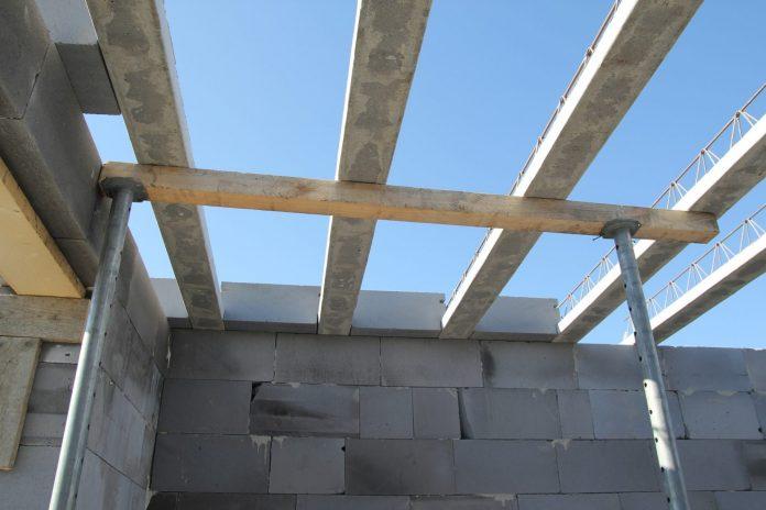 vystavba-stavba-domu-kvadry-tehly-drevene-podlozie-malta
