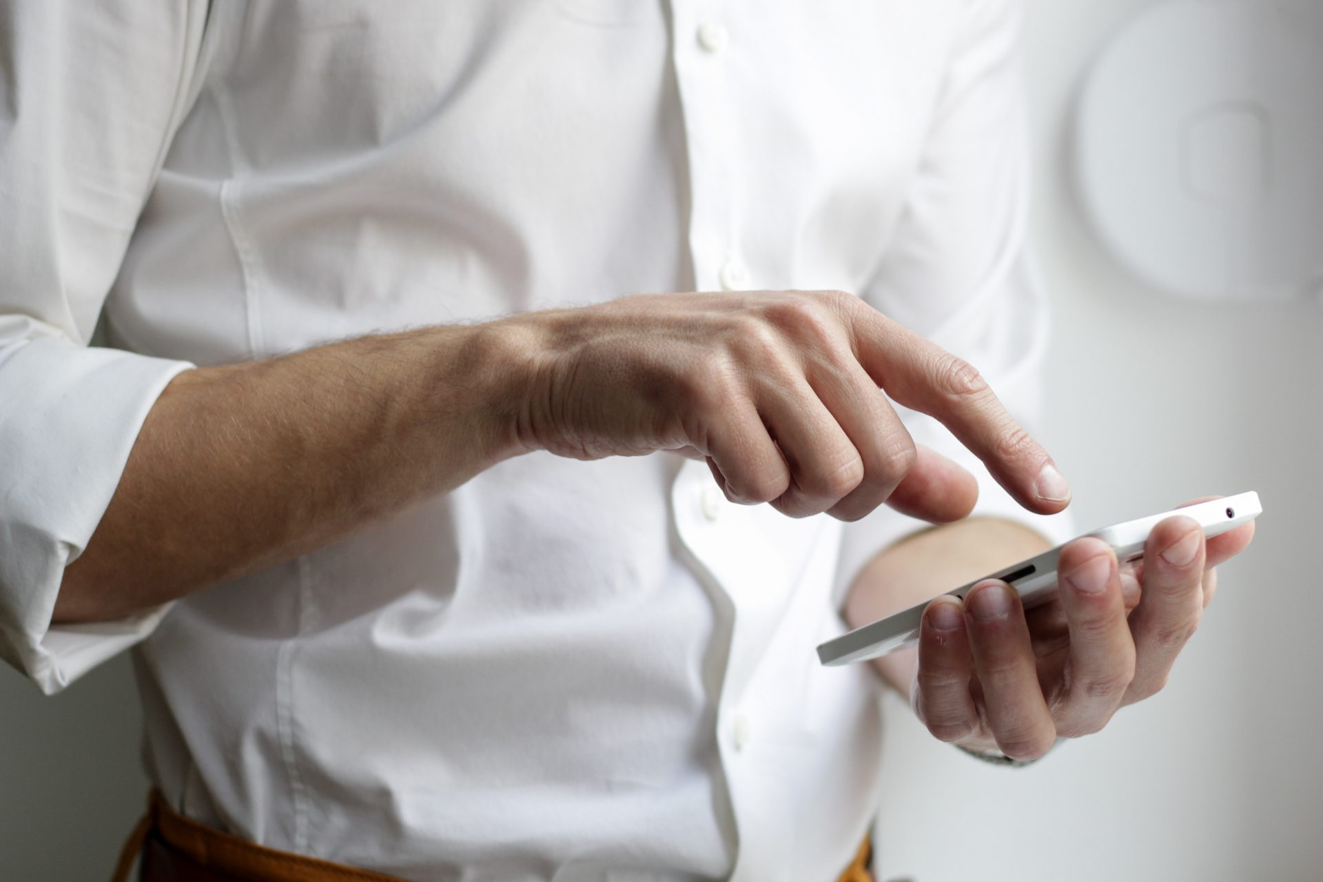 muz-mobil-ruky-objednavka-materialu-kosela