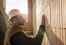 muz-stavba-tehly-prilba-robotnik-stavbar-ochrana-pri-praci-obrucka