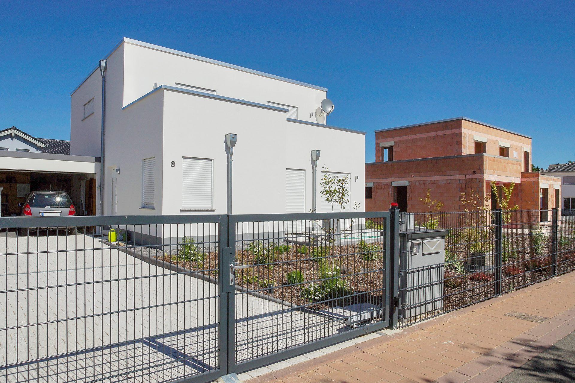 plot-stavba-novostavba-garaz-auto-zahrada-byvanie-auto