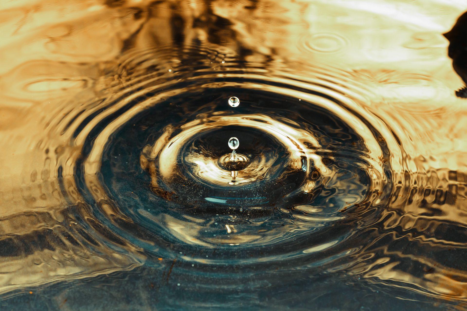 voda-hladina-kvapka-vlhkost