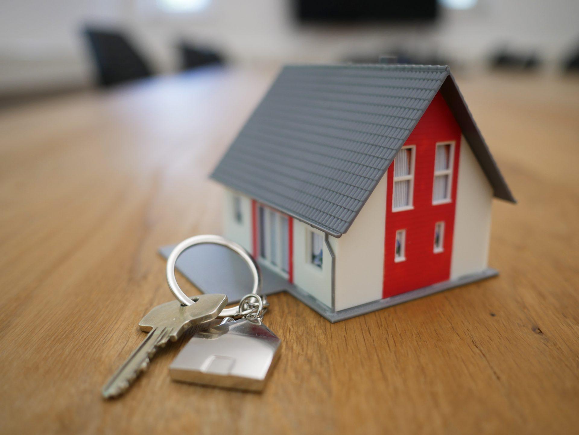kluce-miniatura-domu-strecha-privesok-nove-byvanie-dreveny-stol