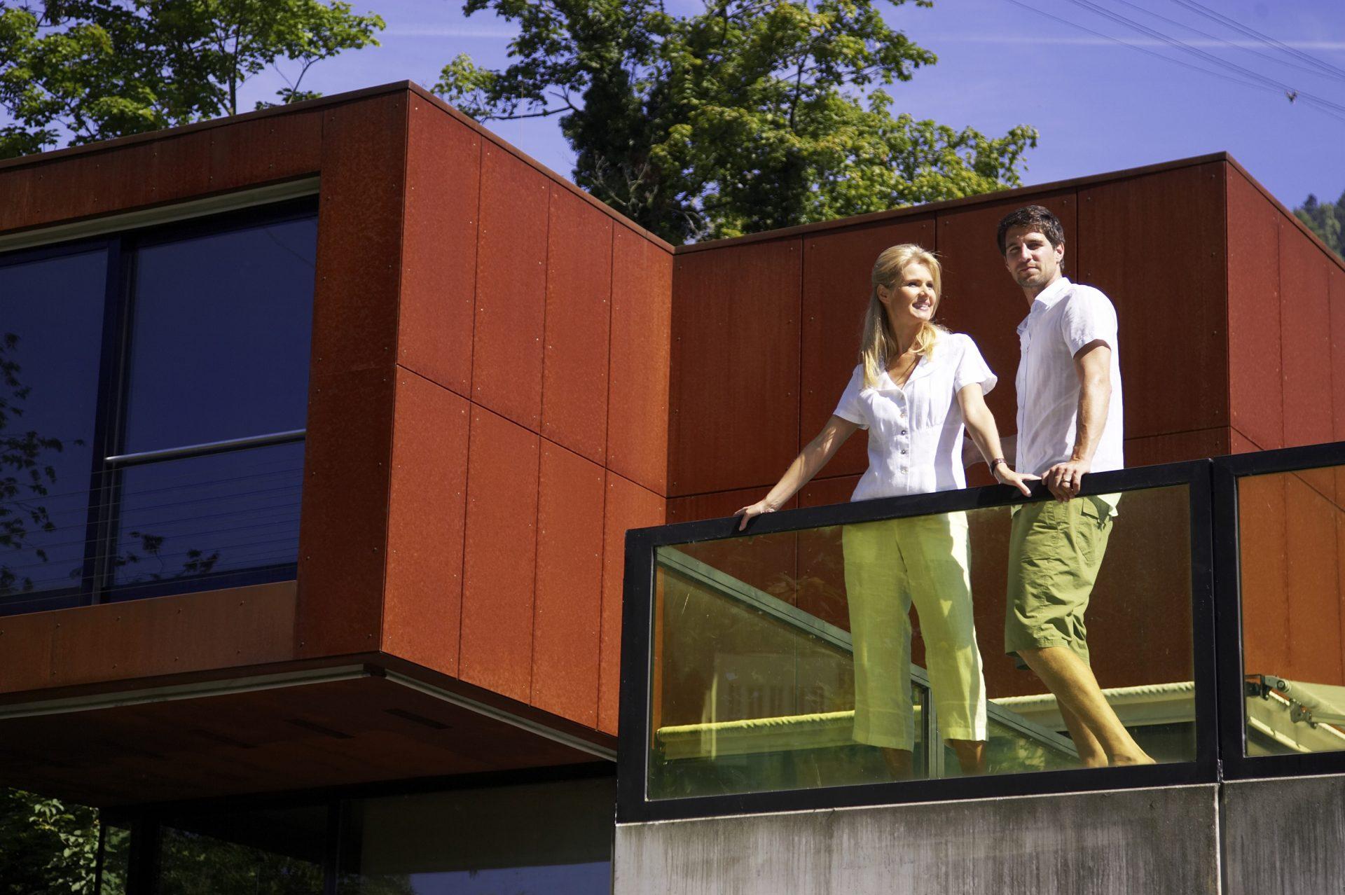 muz-zena-par-manzelia-balkon-dom-moderne-byvanie