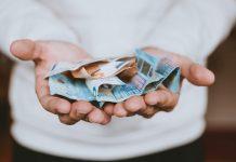 ruky-peniaze-uspory-mena-euro-muz-platba