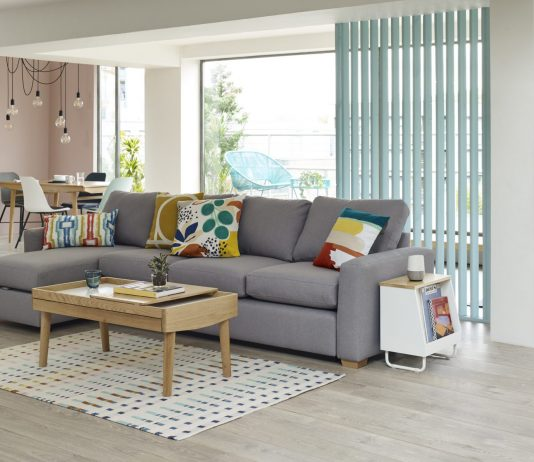 dom-hypoteka-gauc-obyvacka-dreveny-stol-okno-zaluzie-vankuse-koberec
