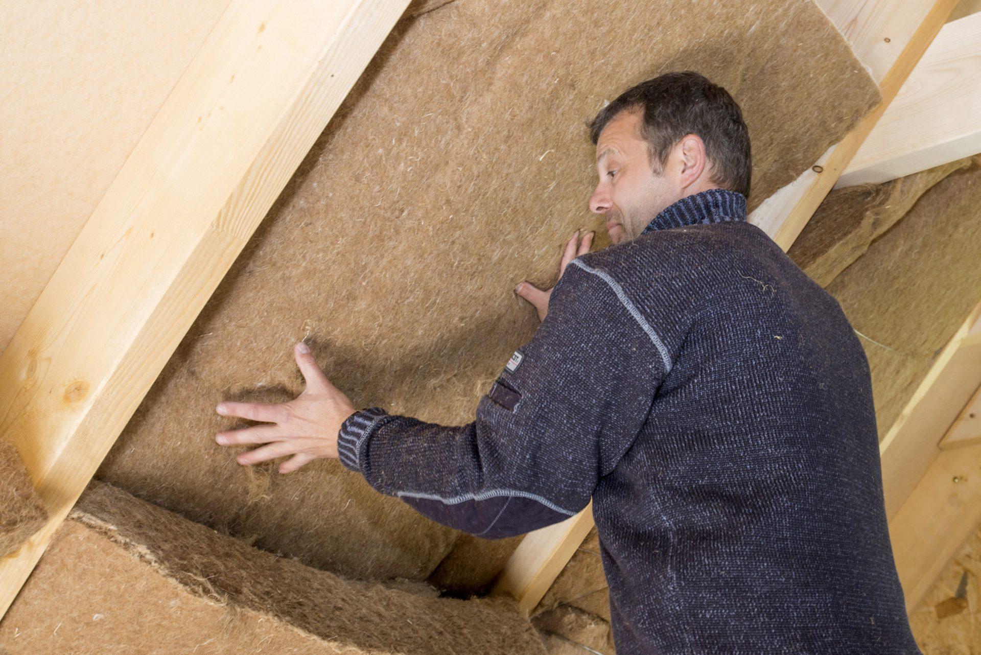 zateplovanie-stavba-dom-strecha-muz-robotnik-polystyren-sadrokarton