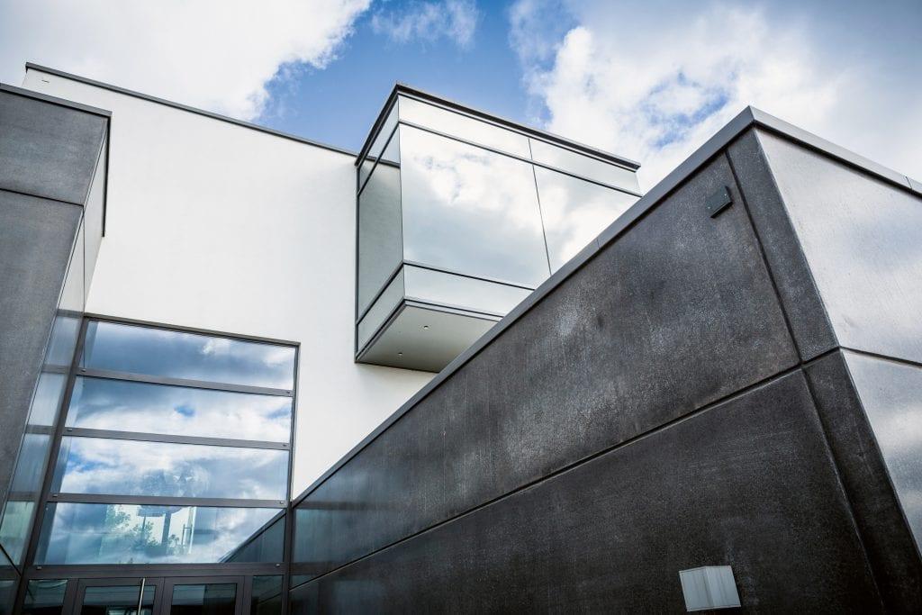 obloha-moderna-budova-okna-beton-architektura
