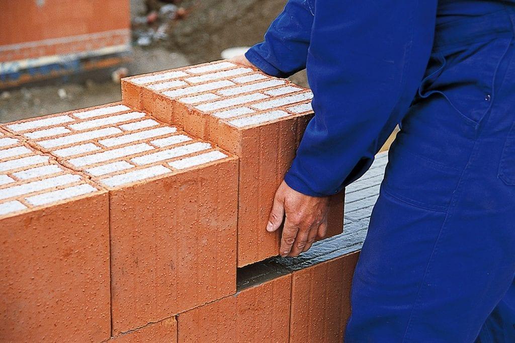 muz-ruky-tehly-vystavba-ukladanie-beton-murovanie