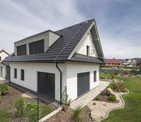 rodinny-dom-zahrada-kvety-okna-strecha-stavba